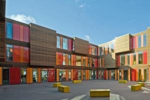 Eine Schule aufgebaut mit Raumelementen, die man immer wieder auf die Ladefläche eines Lkw packen könnte, um sie an irgendeinem anderen Ort wieder aufzubauen<br />