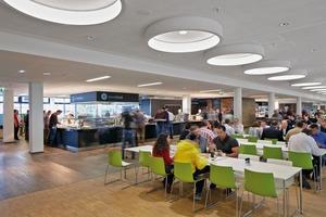 Die Kantine im Erdgeschoss des Vodafone Campus hat 1800 Sitzplätze. Fünf Pavillons in der Mitte des Raums und unterschiedliche Möblierungen stukturieren den Einraum