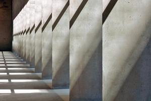 Die Stützenreihe erscheint je nach Blickwinkel stämmig oder filigran