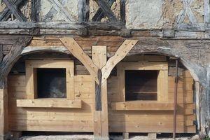 Bei der Sanierung dieses Umgebindehauses ergänzten die Zimmerleute die maroden Hölzer der Bohlenwand durch neues Material