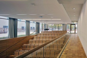 Die vier kleineren Hörsäle<br />liegen im 1.Untergeschoss. Die beiden nördlichen Auditorien haben zudem einen Oberrangausgang zur Piazza