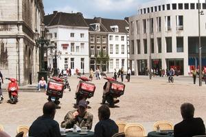 """Anders als in Deutschland sind kommunale Baubeauftragte in den Niederlanden maximal fünf Jahre im Amt, bevor sie wieder (zurück) in die private Bauwirtschaft gehen. Die nebenberuflichen Mitglieder der """"Welstandcommissie"""" können hingegen zwischen drei bis zehn Jahre mitbestimmen. Das vom Stadtrat berufene Gremium aus diversen Bauprofessionellen darf bei Qualitätsbedenken gegen Baumaßnahmen Veto einlegen, um so das hohe Niveau der Stadtentwicklung zu sichern"""