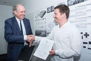 Joachim H. Faust, Geschäftsführender Gesellschafter HPP und Kuratoriumsmitglied der Stiftung, mit Preisträger Nicolai Schlapps
