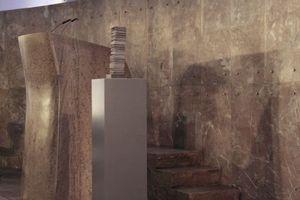 Die Statuette: eine wirkliche, dreidimensionale Arbeit von Thomas Demand. Daneben solider Stein aus der Wiederaufbauzeit.