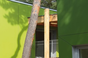 Die schräg abknickenden und gekippten Außenwände wurden-ebenso wie die Untersichten-mit grün lackierten Dreischichtplatten beplankt. Die Grüntöne greifen das jahreszeitliche Farbspiel der Blätter auf: frühlingsfrisches Maigrün, sommerliches Blattgrün, herbstliches Moosgrün