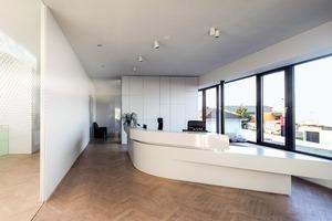 Auch die hellen Büros im oberen Geschoss sind von gerner°gerner plus<sup> </sup>gestaltet