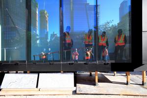 """Glasscheibenproben durch AGC Interpane am Fassaden Mock up auf dem Baugelände. Im Glas gespiegelt die Türme des """"Hudson Yards"""""""