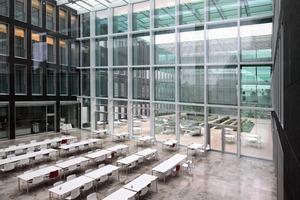 Das Mitarbeiterrestaurant wird über Heiz-Kühlkonvektoren mit Lufteinblasung temperiert. Bei Veranstaltungen und zur Abfuhr von Essensgerüchen werden die Hallen zusätzlich mit bis zu 20000 m³/h konditionierter Luft durchströmt<br />