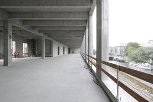Riesenflächen im Ostflügel mit Blick auf den Osten der Hauptstadt: hier sollte einmal die Zentral- und Landesbibliothek auf rund 4000 m² untergebracht werden. Bis der Berliner Bürgermeister andere Pläne ins Spiel brachte ... Im Raum hinten links soll das Restaurant unterkommen