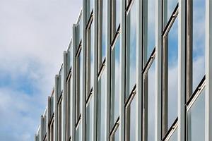 Fassade mit opaken Brüstungspaneelen