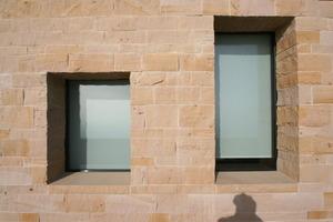 In der Materialwahl orientiert sich der Neubau an den vorgefundenen Materialien