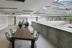 Auch die pneumatische Luftkissenkonstruktion des Atriums sorgt dafür, dass überwiegend Tageslicht genutzt werden kann