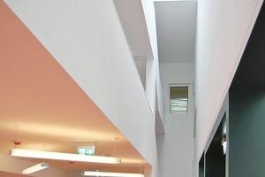 """<div class=""""9.6 Bildunterschrift"""">Das Foyer ist zu allen Geschossebenen und bis unters Dach geöffnet - hier führen alle Verkehrswege zusammen.  Ein Lichtband sorgt für viel Tageslicht</div>"""
