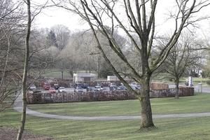Ein paar hundert Meter Luftlinien weiter gen Nordwesten: Infopavillon und WC-Haus am Johannisberg. Der Fotograf steht bereits im historischen Parkgelände