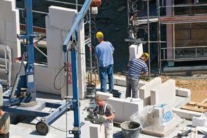 """<div class=""""5.6 Bildunterschrift"""">In einem Hub werden bis zu 0,625 m² Mauerwerk versetzt. Der schnelle Baufortschritt trägt zur Verkürzung der Gesamtbauzeit bei</div>"""