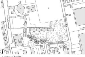 Lageplan, M 1:3000<p>1Baumhaus 1 (Jahrgang 3 und 4)</p><p>2Baumhaus 2 (Verwaltung und Vorklassen)</p><p>3Baumhaus 3 (Jahrgang 1 und 2)</p><p>4Schulhof</p><p>5Carlo-Mirendorff-Schule</p><p>6Hotel</p><p>7Kindergarten</p><p>8Sporthalle</p><p>9Fußballplatz</p>