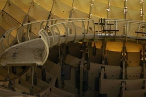 Auf dem Dach laufend die Dachlandschaften ringsum entdecken<br /><br />