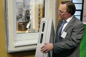 Mit vorgefertigten Bauteilen kön-nen die Gebäude minimalinvasiv saniert werden. Horst Stiegel vom Fraunhofer IBP stellt hier Lösungen für Fenster und Dämmung vor