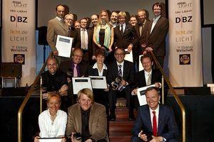 Alle Preisträger des ersten deutschen Lichtdesignpreises versammelten sich am Ende der Zeremonie zu einem Gruppenbild  (Foto: Christoph Meinschäfer