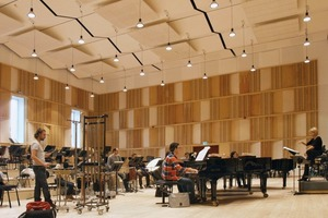 Die Nachhallzeit im Raum beträgt optimale<br />0,8s, der für einen Orchesterproberaum empfohlene Ruhegeräuschpegel von 25dB(A) wurde mit 23dB(A) unterschritten