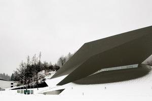 Die weiße Architektur von Schuller verschwindet in der schneebedeckten Landschaft, das neue Festspielhaus tritt in den Vordergrund