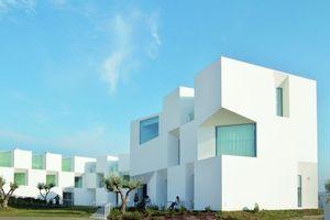 """Die portugiesischen Architekten-Brüder Francisco und Manuel Aires Mateus erhielten den Brick Award in der Kategorie """"Wohnbau"""" für die Seniorenresidenz Alcácer do Sal"""