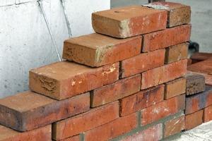 Vor die Kalksandsteinwand setzten die Architekten ein halbsteiniges Verblendmauerwerk, das frisch in frisch gemauert wurde. Frisch in frisch bedeutet, dass das Mauern und Verfugen in einem Arbeitsgang gemacht wird
