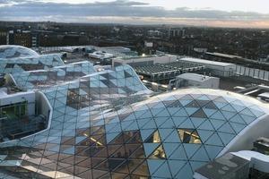 Eine frei geformte Gitterschale hält das Glasdach des Shoppingcenters Westfield in London<br />