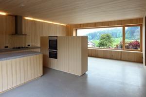 Wohnen, essen, kochen , alles findet in einem großen Raum statt. Da-durch, dass das Haus aufgeständert ist, haben die Bewohner den Blick in die Natur und nicht direkt auf die Straße. Der Einblick von der Straße aus in die Wohnung ist ebenfalls nicht möglich<br />