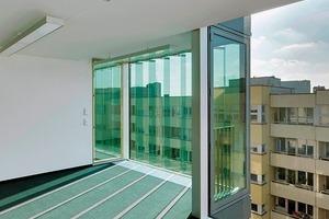 Die transparenten, vertikalen Glaslamellen schützen den Innenraum vor dem Aufheizen. Sie lassen dennoch ausreichend Tageslicht in die Büroräume
