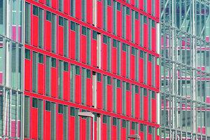 """Das 2007 am Medienhafen Düsseldorf bezogene Capricorn-Haus (Arch.: Gatermann + Schossig, Köln) mit multifunktionaler """"i-modul-Fassade"""", hier im Ausschnitt"""