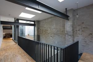 Die drei großformatigen Flachdach-Fenster CFP 120/120 von Velux können durch ihre guten Wärmedämmwerte für Wohnbauten verwendet werden