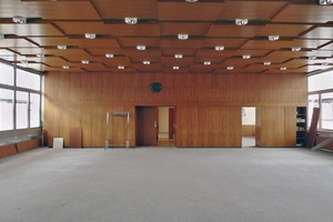 Vor der Sanierung war der Große Saal ein technisch veralteter, Holz vertäfelter Einraum – nicht mehr zeitgemäß