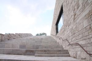 Die Treppen, ein Leitbild der Grimmischen Märchen, führen hier auf die Dachterrasse des Museums