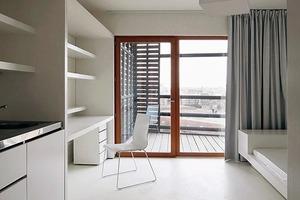 Im Studentenappartement hat alles seinen Platz. Arbeitsplatz, kleine Küchenzeile, Kleiderschrank und auch das Bett sind Einbauten. Alles ist in weiß gehalten. Schön ist die Loggia oder der Balkon als Raumerweiterung im Sommer