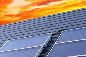 Etwa das 10000fache unseres täglichen Energiebedarfs schenkt uns die Sonne; wir müssen es nur abholen