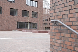Westlicher Abschluss der Schulanlage, hier führt wie schon im Osten eine Treppe auf den Platz