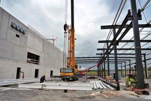 Für den Aufbau des Gebäudes wurde zunächst das Dach fertig gestellt und anschließend in einer Nacht die gesamte Bodenplatte gegossen und geglättet