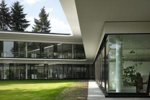 Das Bürohaus ist als Stahlbetonskelettbau konstruiert, den eine transparente Glasfassade umgibt und durch die hindurch sich der Park auf der anderen Seite zeigt<br />