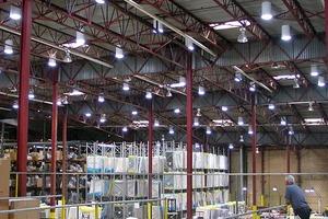 Eine Lagerhalle mit einem Tageslichtleitsystem für die helle Tageszeit, erst nach Einbruch der Dunkelheit wird die elektrische Beleuchtung aktiv
