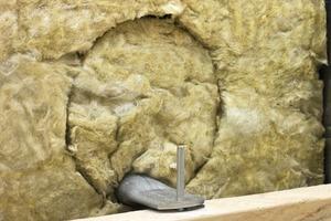 UMA-Einmörtelanker im korrekt eingebauten Zustand: die Dämmung wurde wieder eingesetzt<br />