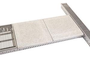 Über Dränage-Revisionskanäle erfolgt die Entwässerung von Balkonen oder Terrassen. Sie leiten den in die Fassadenrinnen und den Bodenbelag eindringenden Niederschlag zum Abfluss ab. Dank der Maßanfertigung können sie mit jedwedem Plattenmaterial abgedeckt werden und integrieren sich somit nahezu unsichtbar in den Boden. Das Öffnen und Reinigen der Revisionskanäle ist mit wenigen Handgriffen möglich