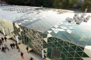 Die Eindeckung des Raumfachwerkes besteht aus 14068 dreieckigen Paneelen. Sie haben unterschiedliche Funktionen: teilweise sind sie transparent zur Belichtung, zum Teil produzieren sie als Photovoltaik-Elemente Strom, wieder andere Paneele dienen der Wärmedämmung<br />