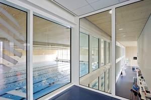 Vom Treppenhaus bieten großzügige Glastrennwände Einblicke in die verschiedenen Sporteinrichtungen