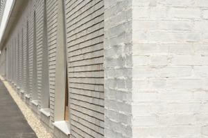 """<div class=""""5.6 Bildunterschrift"""">Die Architekten entschieden sich beim Neubau Hospitalhof in Stuttgart für Mauerwerk mit handwerklichem Charakter, da es den Betrachtern auf den ersten Blick vertraut vorkommt. Der helle Ziegel des Neubaus fügt sich harmonisch in den historischen Kern des Viertels ein</div>"""