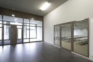 Eingangsbereich mit Blick in den großen Übungsraum