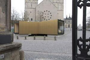 Vom Hof des Bischöflichen Palais im Westen; dahinter die Westtürme des Münsteraner Doms