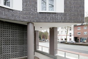 Eine Arkade unterläuft die Putzfassade straßenseits