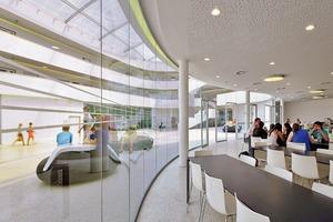 "<div class=""10.6 Bildunterschrift"">Um das Atrium gruppieren sich im Erdgeschoss die Aula, Mensa und das Schülercafé</div>"