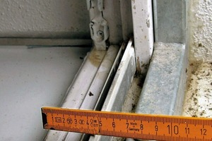 Bild3: Blendrahmen des Fensters und Metallrahmen des Hochwasserschutzsystems